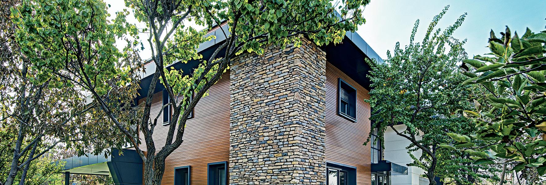 Maison avec pignon en fausses pierres