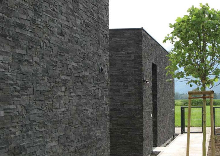 Extérieur côté jardin avec pant de mur en pierre de parement mathios highland anthracite