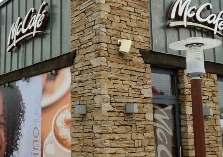 Devanture de restaurant en pierre de parement mathios isola