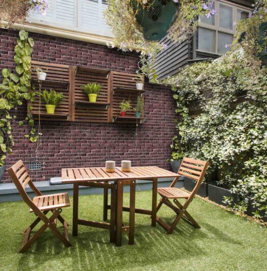 Table à manger de jardin avec une maison construite en pierre de parement mathios masterbrick
