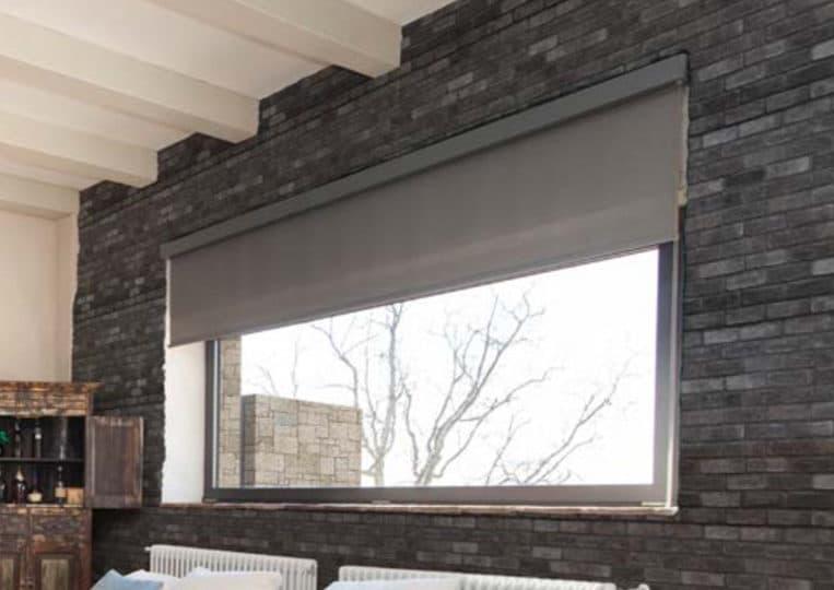 Intérieur de maison avec un pant de mur vitré et réalisé en pierre de parement mathios masterbrick
