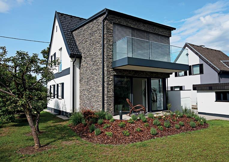 Maison avec une extension construite en pierre reconstituée rastone sierra gris