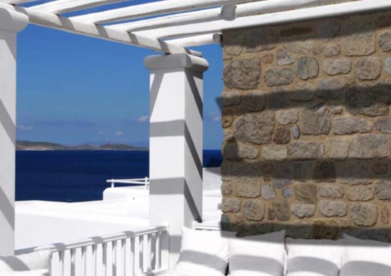 Terasse couverte avec un pant de mur en pierre reconstituée mathios arcadian