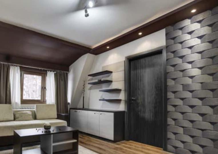 Salon avec un pant de mur en pierre reconstituée mathios atlas anthracite