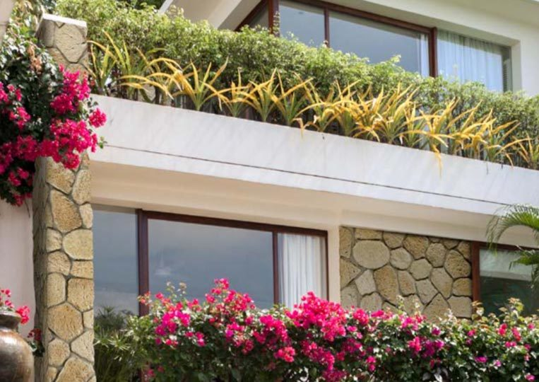 Pant de mur extérieur d'une maison en pierre reconstituée mathios ekali clair