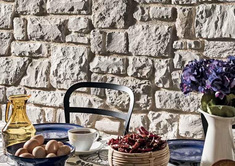 Table à manger et pant de mur en pierre reconstituée rastone masso couleur sable