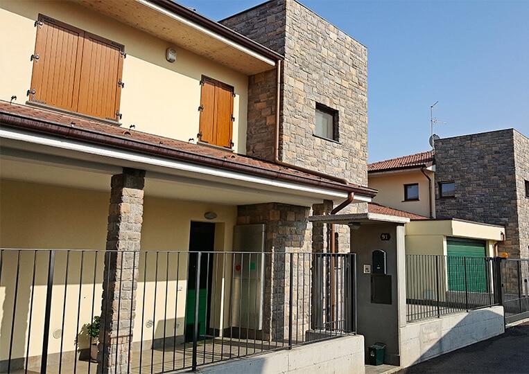 Devanture de maison en pierre reconstituée rastone tudor gris