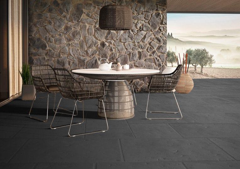 terasse extérieure en pierre de parement acl romano anthracite et table à manger