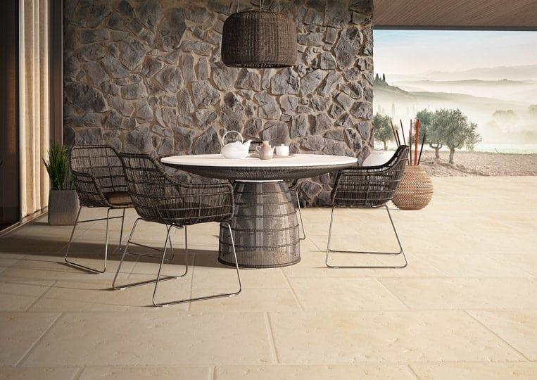 terasse extérieure en pierre de parement acl romano sable et table à manger