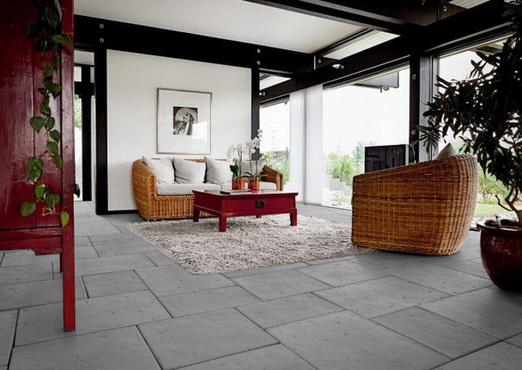 salon intérieur avec un dallage en pierre de parement acl romano gris