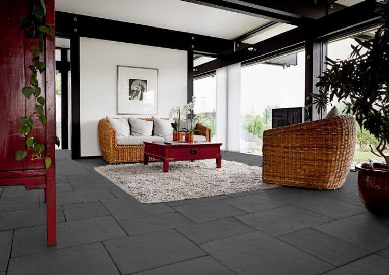 salon intérieur avec un dallage en pierre de parement acl romano anthracite