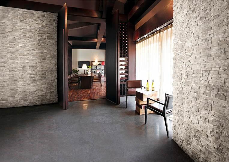 Intérieur de restaurant avec des murs en pierre de parement acl royal gris clair