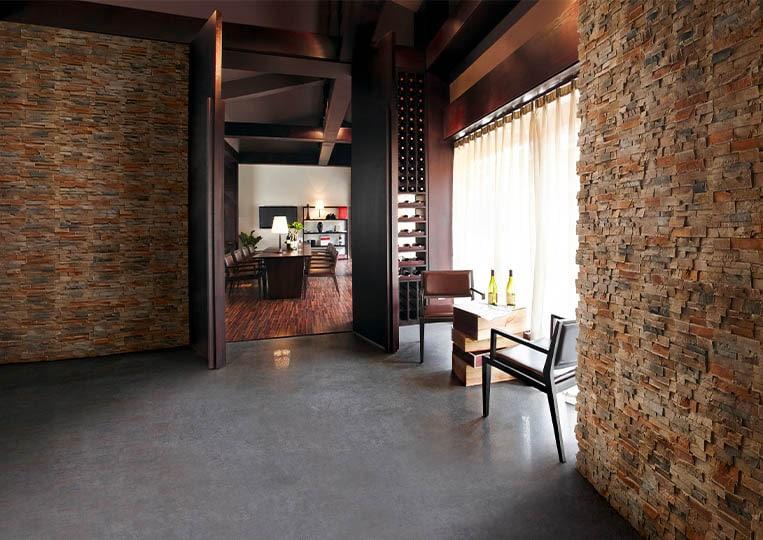 Intérieur de restaurant avec des murs en pierre de parement acl royal café
