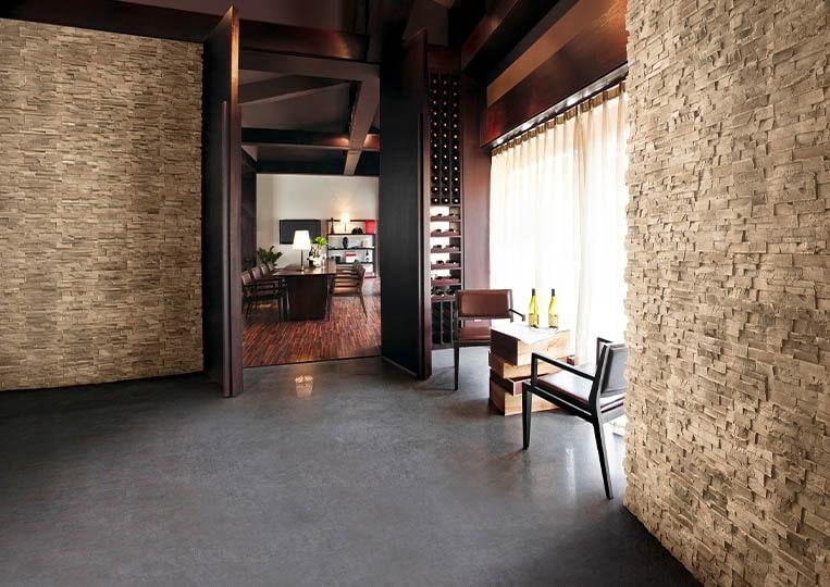 Intérieur de restaurant avec des murs en pierre de parement acl royal sable