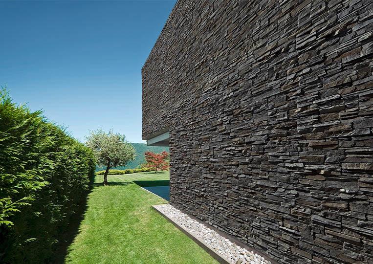 grand mur extérieur en pierre de parement acl siena anthracite