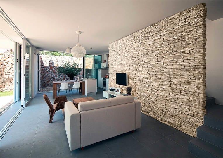 salon intérieur avec un pant de mur en pierre de parement acl siena sable clair