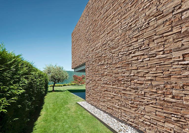 grand mur extérieur en pierre de parement acl siena café