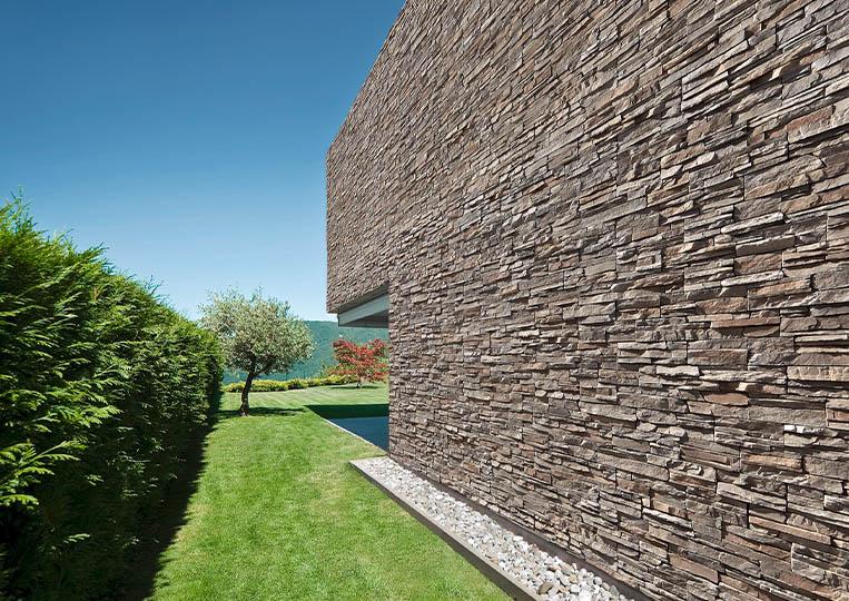 grand mur extérieur en pierre de parement acl siena gris
