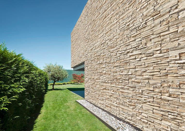grand mur extérieur en pierre de parement acl siena sable