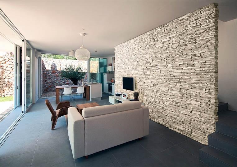 salon intérieur avec un pant de mur en pierre de parement acl siena clair