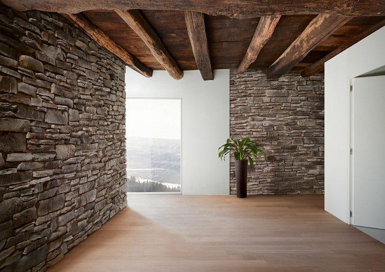 Intérieur d'une pièce avec des murs en pierre de parement acl teira gris
