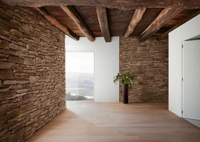 Intérieur d'une pièce avec des murs en pierre de parement acl teira café