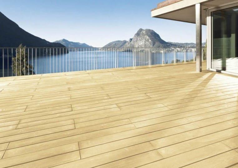 Terasse extérieure vue sur lac avec un sol imitation parquet sable acl madeira deck classic