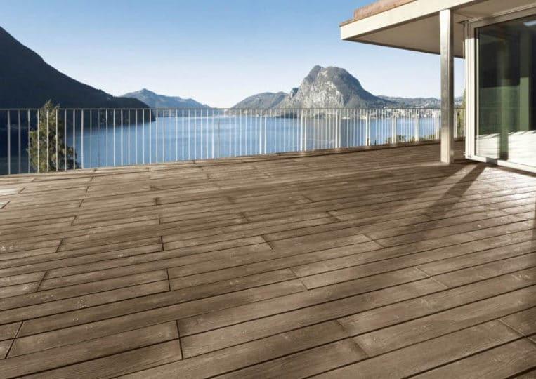 Terasse extérieure vue sur lac avec un sol imitation parquet café acl madeira deck classic