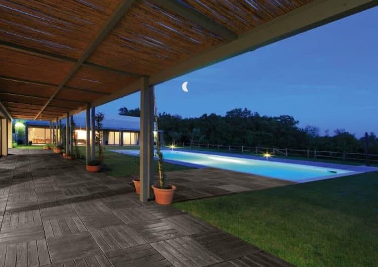 Terasse extérieure couverte avec piscine et un sol imitation bois couleur anthracite en acl madeira deck parquet