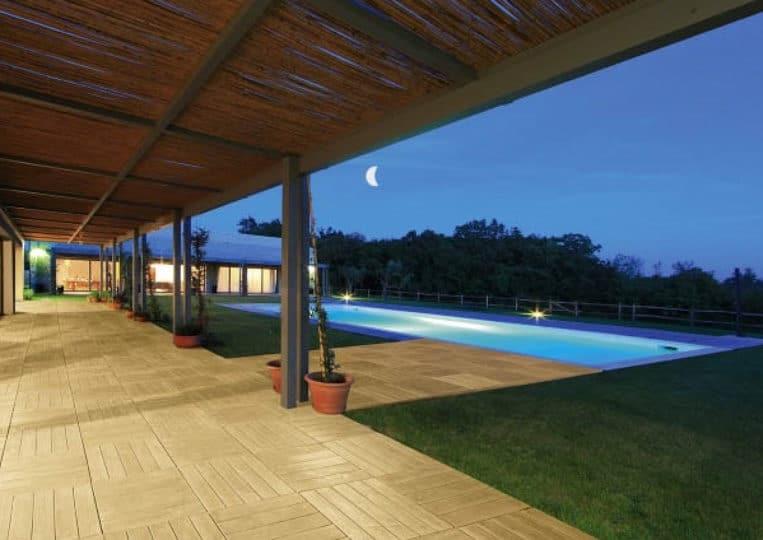 Terasse extérieure couverte avec piscine et un sol imitation bois couleur sable en acl madeira deck parquet