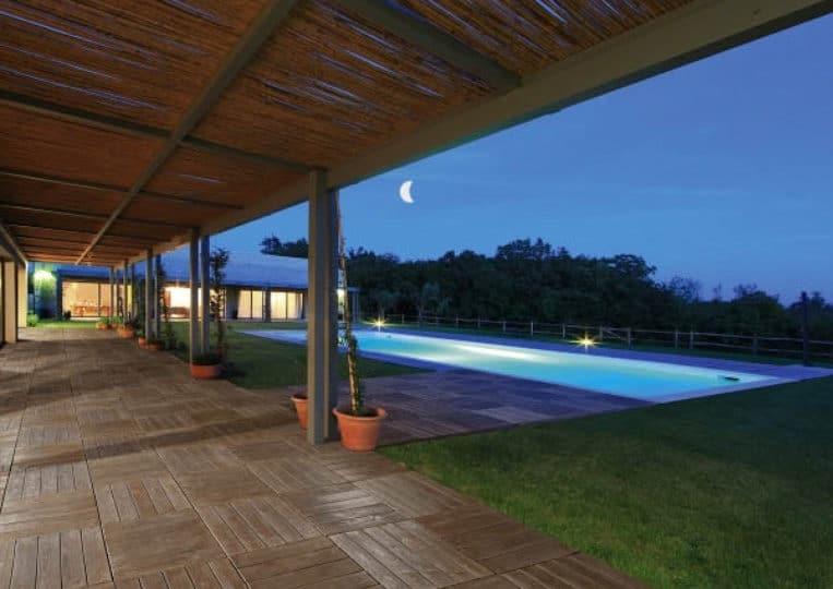 Terasse extérieure couverte avec piscine et un sol imitation bois couleur café en acl madeira deck parquet