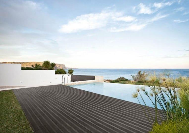 Terasse extérieure imitation bois couleur anthracite et piscine