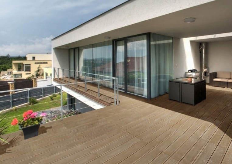 Terasse extérieure d'un appartement avec un sol imitation bois couleur café acl madeira deck striped