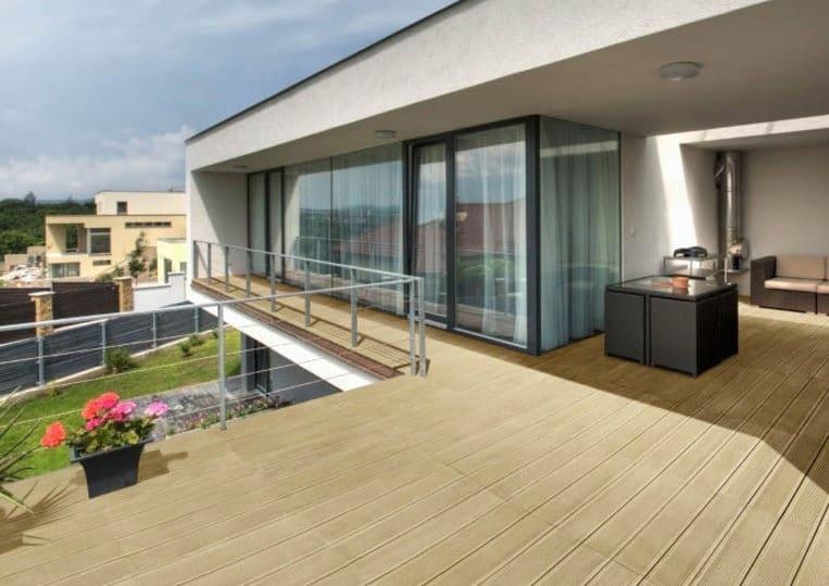 Terasse extérieure d'un appartement avec un sol imitation bois couleur sable acl madeira deck striped