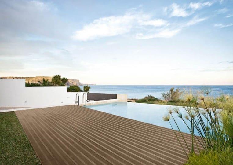 Terasse extérieure imitation bois couleur café foncé et piscine