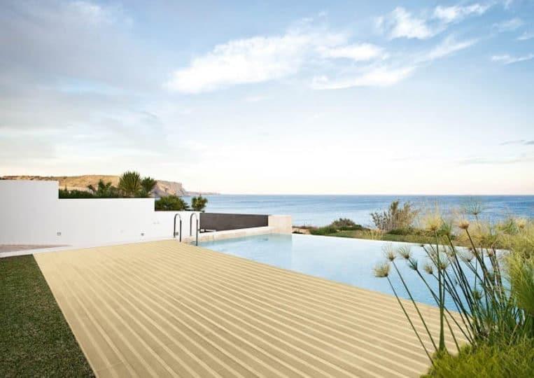 Terasse extérieure imitation bois couleur sable et piscine