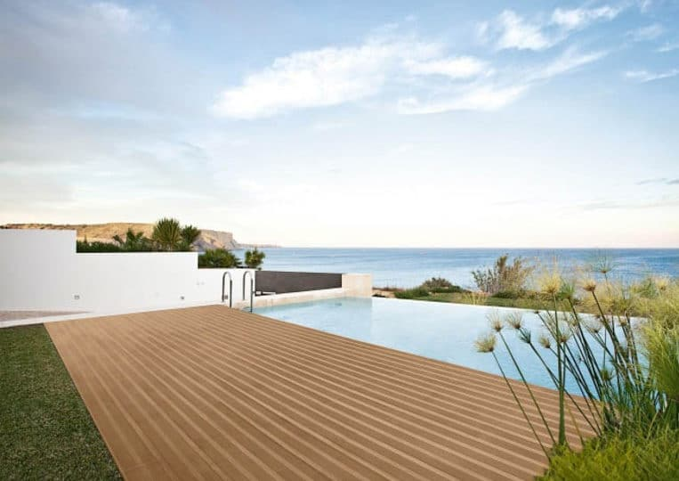 Terasse extérieure imitation bois couleur café et piscine