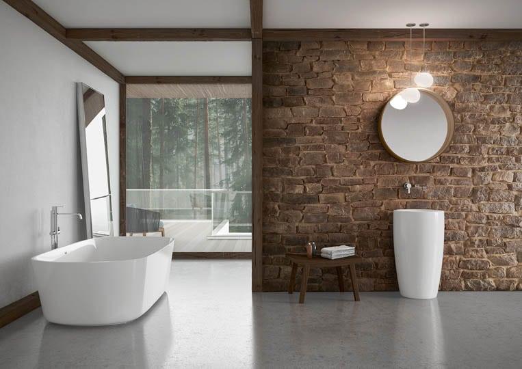 Salle de bain avec un pant de mur en pierre reconstituée couleur café foncé acl marte