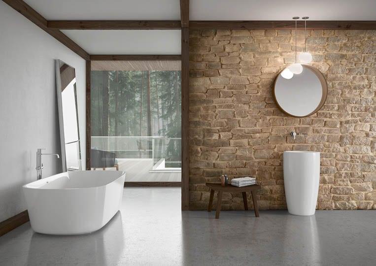 Salle de bain avec un pant de mur en pierre reconstituée couleur sable acl marte