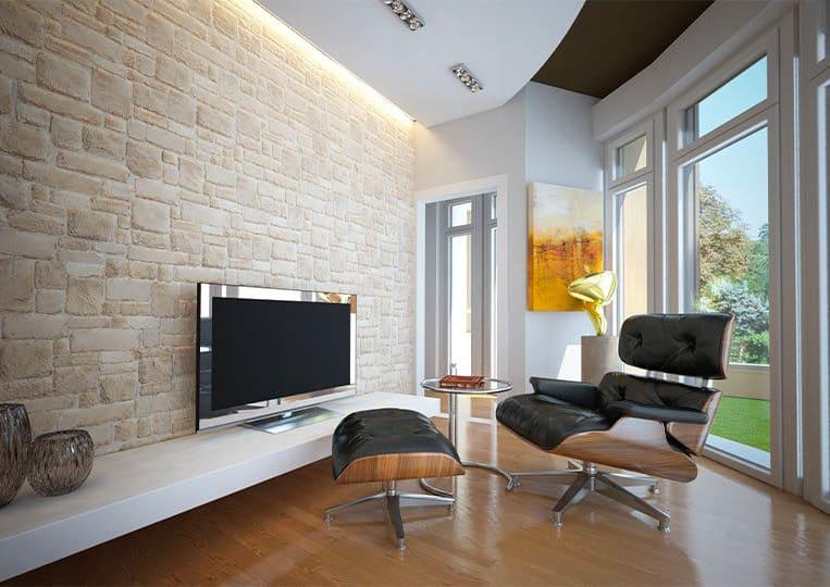 Salon moderne avec un pant de mur en pierre reconstituée couleur clair granada pietre d'arredo