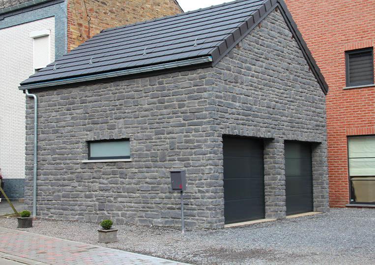 Garage construit en pierre reconstituée couleur bleu granada pietre d'arredo