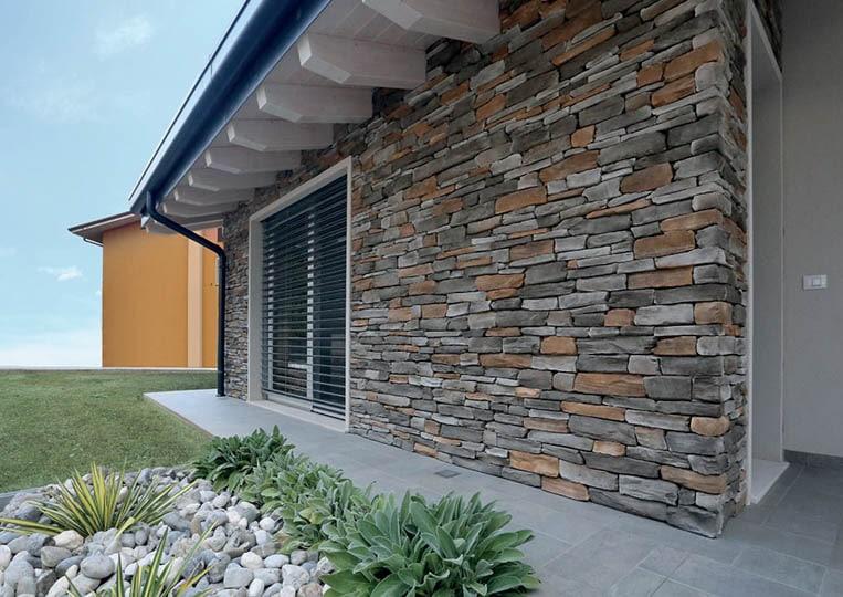 Mur extérieur d'une maison en pierre reconstituée pietre d'arredo olkaria donnant sur le jardin
