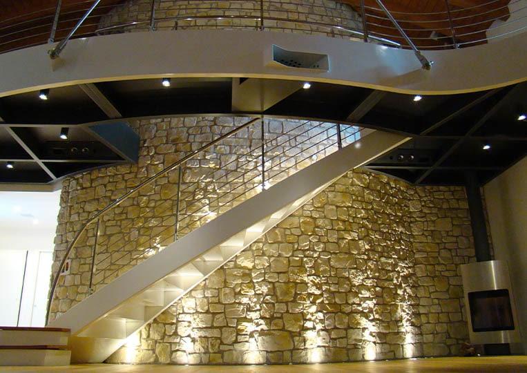 Pant de mur éclairé et construit en pierre reconstituée couleur sable santiago pietre d'arredo