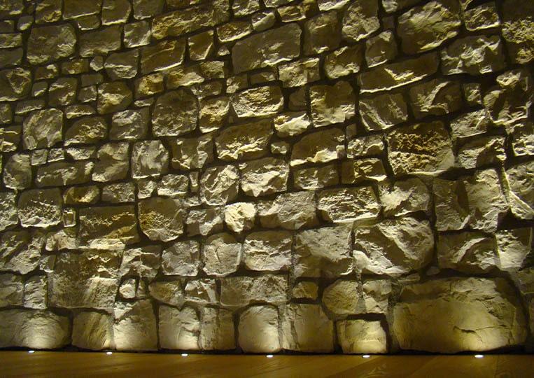 Mur éclairé et construit en pierre reconstituée couleur sable santiago pietre d'arredo