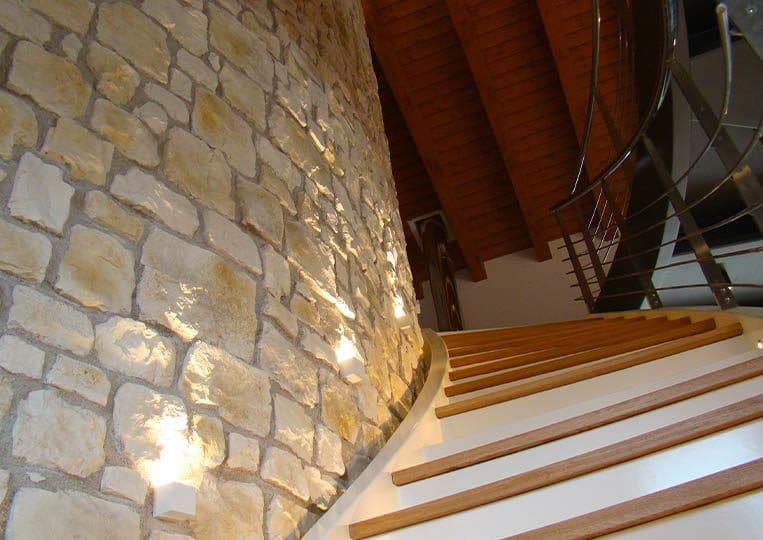 Mur construit en pierre reconstituée couleur sable adossé à un escalier