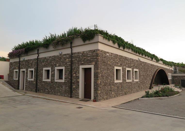 Bâtiment construit en pierre reconstituée couleur gris santiago pietre d'arredo
