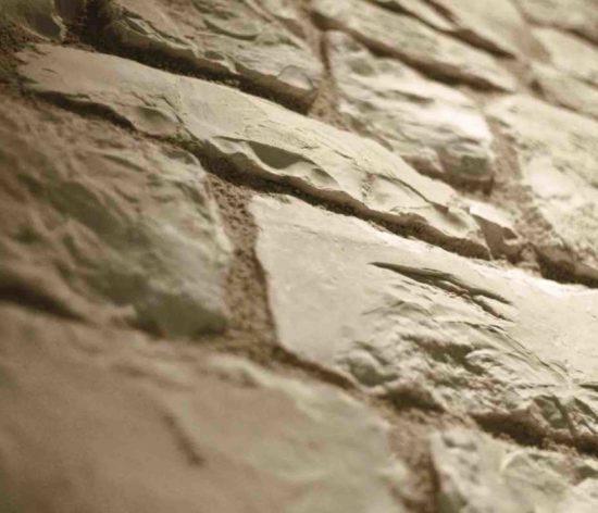Contre plongée d'un mur en pierre reconstituée pietre d'arredo santiago