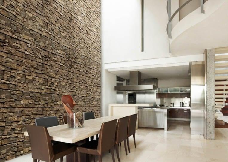 Salle à manger avec un grand pant de mur en pierre reconstituée acl luna café