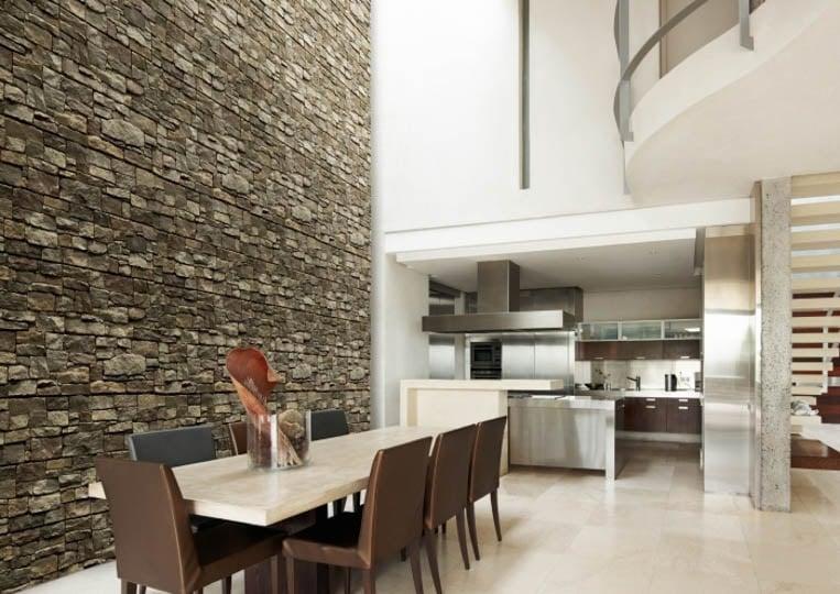 Salle à manger avec un grand pant de mur en pierre reconstituée acl luna olive