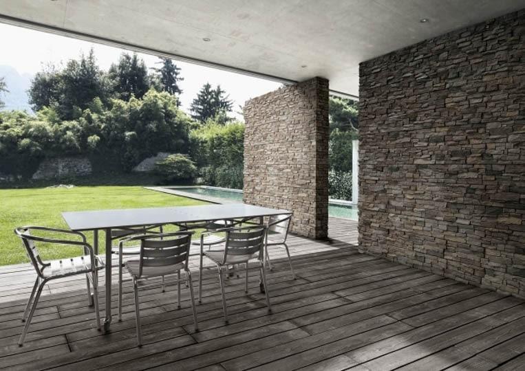 Terasse extérieure couverte avec table à manger et pant de mur en pierre reconstituée acl luna anthracite